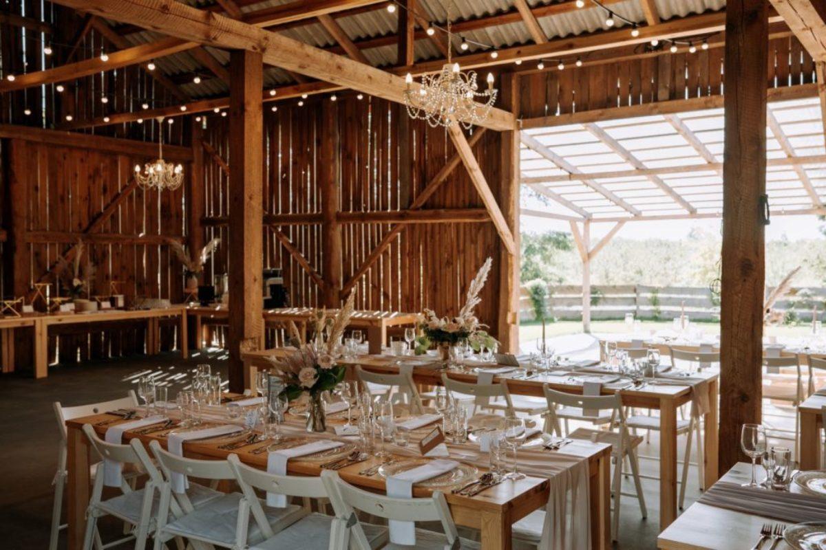 dekoracja stodoły na wesele w stylu glam boho, widok od wnętrza stodoły