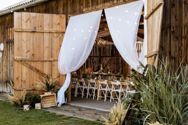 Wejście do Stodoły przed weselem, dekoracja z uzyciem tiulu